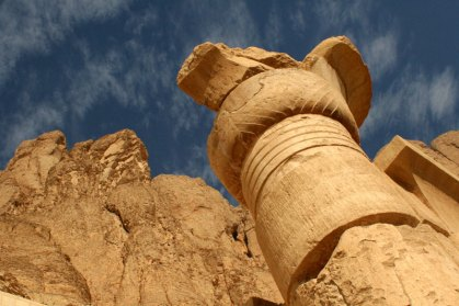 Hatshepsut column with cliffs
